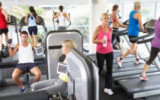 Тренировка в переполненном спортзале