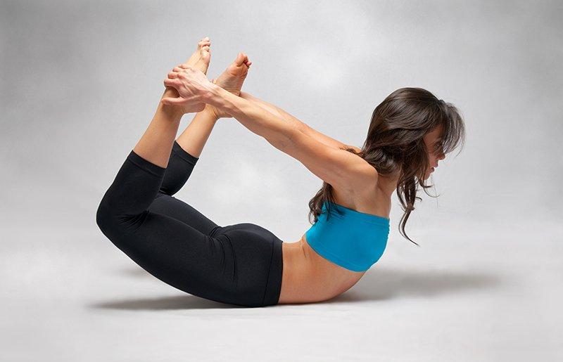 йога поза лук